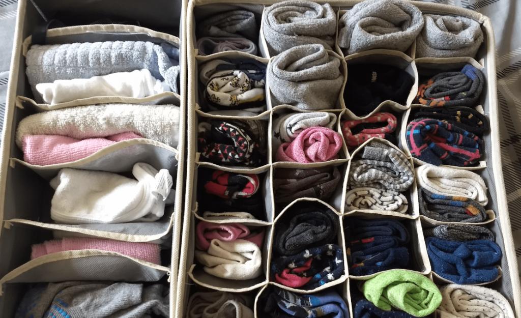 ropa guardada en cajas de tela